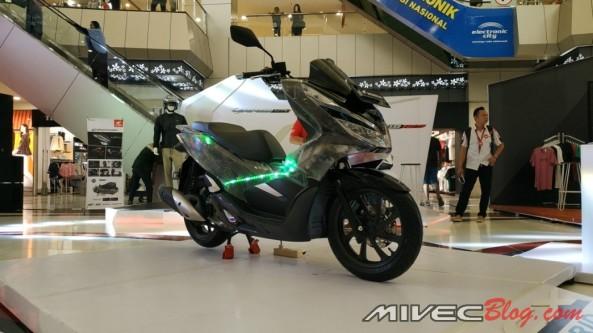 All New Honda PCX Hybrid yang dimodifikasi dengan body transparan