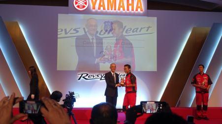 Ardhi saat menerima penghargaan dari Presiden YMC, Yoshihiro Hidaka