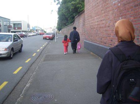 Jalan Kaki yang benar : Berlawanan arah dengan arah kendaraan