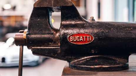 Badge Bugatti dibuat oleh Poellath GmbH & Co. KG Münz- und Prägewerk